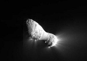 Núcleo del cometa 103P/Hartley con chorros que fluyen hacia fuera. Imagen tomada por la sonda Deep Impact el 4 de noviembre de 2010.