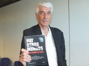 """Jacques Vallée mostrando """"Hay otros mundos, pero están en este"""", el libro en el que colabora"""