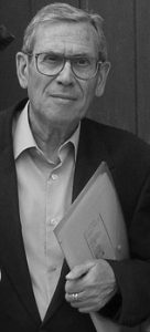 Carlos Murciano Poeta español nacido en Arcos de la Frontera, Cádiz en 1931. Musicólogo, crítico de arte y crítico literario, cultiva también la novela corta y el cuento, de cuyos géneros posee los más prestigiosos galardones. Ha publicado más de ochenta libros, haciéndose merecedor por varios de ellos a importantes premios